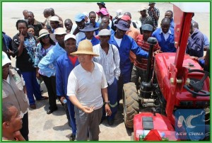 Chinese agricultural expert offers on-the-spot teachings concerning farming technologies and explains the agricultural demo at a China-assisted farm in Zimbabwe. (Xinhua file photo)