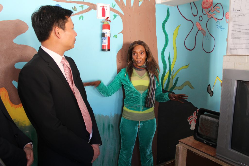 Mrs Maletsatsi Tshabangu  takes the South Africa Fujian Overseas Chinese Association on a tour of the Centre.