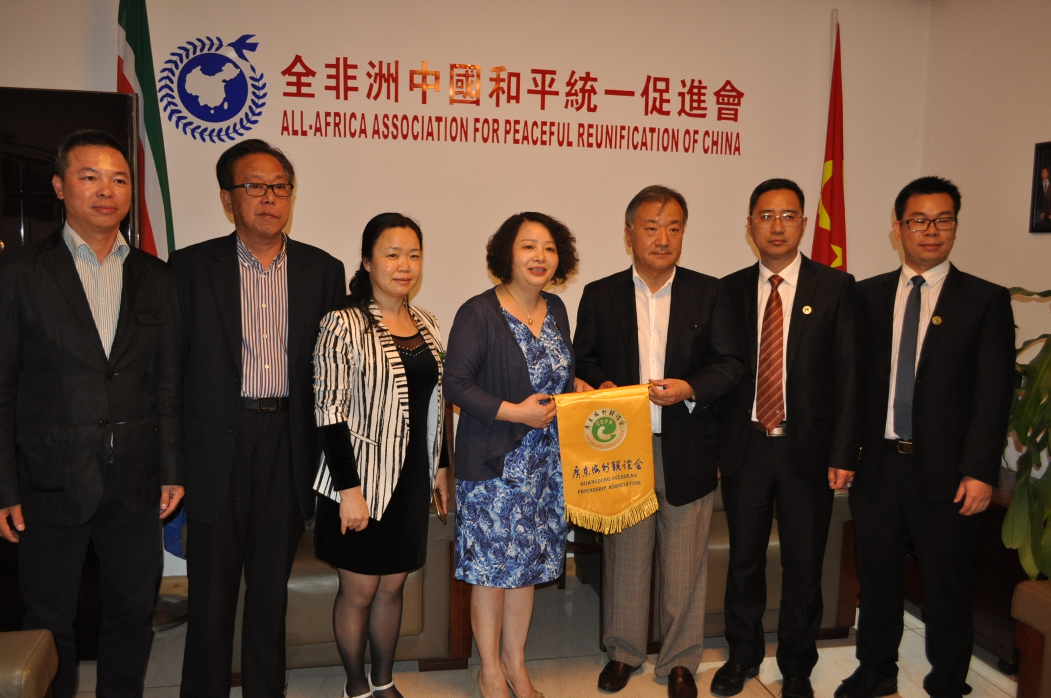 Delegates share their joy withHuanchun Li, Vice President of Guangdong Overseas Friendship Association.