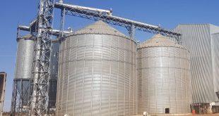 2015年5月,由南非罗文集团投资建造的非洲最大蛋鸡饲料生产线在南非落成并投入生产。该生产线年产蛋鸡饲料可以达到25万吨,可以有效缓解南非蛋鸡饲料的供应短缺问题。 南非罗文集团总经理苏德明先生介绍说,该条生产线由南非罗文集团全资建造,是非洲目前蛋鸡饲料生产线单线产量最大的生产线。每小时最多可以生产约60吨蛋鸡饲料。整条生产线高度自动化,整个工厂只需要6人操作管理,大大节约了生产成本。工厂生产为全封闭模式,可以达到最高饲料生产卫生要求。 苏德明总经理表示,工厂同时配有生物质量监测系统,保证符合南非对蛋鸡饲料的高质量和卫生要求。 近年来,随着南部非洲经济发展平稳增速,南非民众生活水平显著提高。民众对鸡蛋的需求量日益增加,导致了南非市场蛋鸡和鸡蛋产量严重不足。该蛋鸡饲料生产线的投产,可以有效缓解蛋鸡饲养成本,提高鸡蛋市场供应。前景十分广阔!